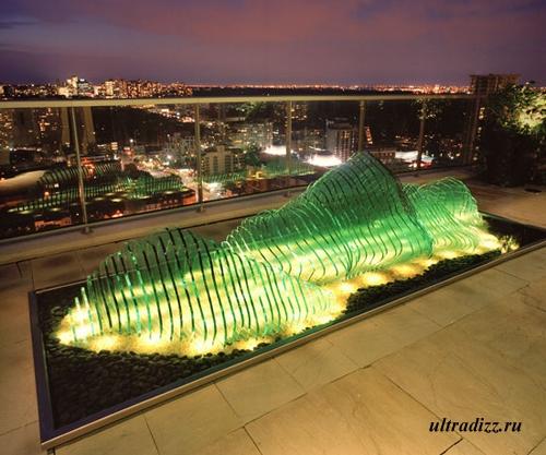 стеклянные скульптуры в современном городе