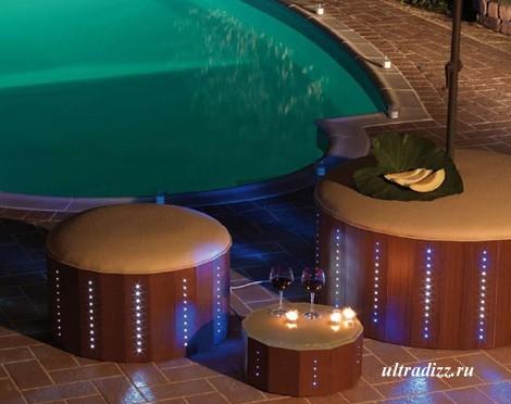 мебель с подсветкой у бассейна
