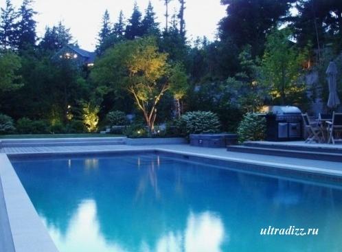 бассейн в вечернем ландшафте