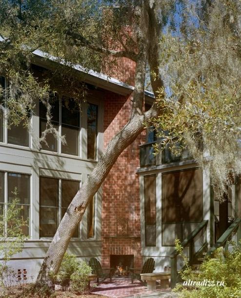 частный двор с дровяным камином