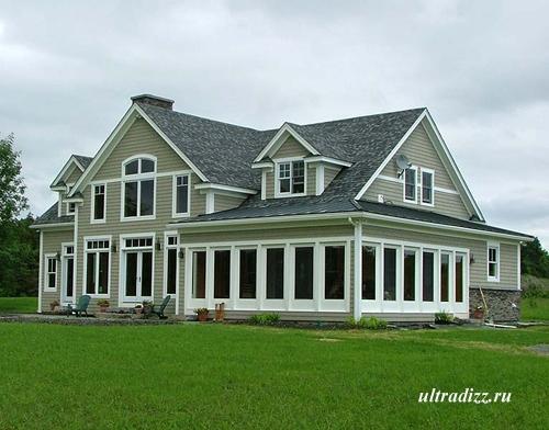 большой каркасный дом с оригинальной крышей