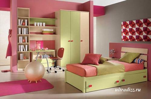 комната подростка в оливково-розовой гамме
