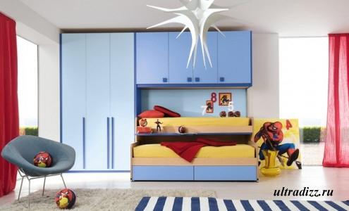 сочетание голубого, красного и желтого в комнате подростка