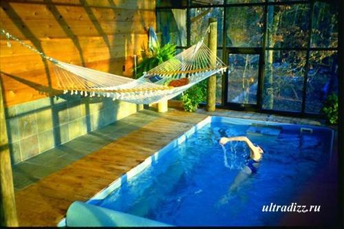 встроенный бассейн в холле