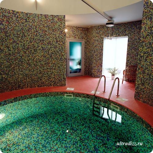 встроенный бассейн с мозаичной облицовкой