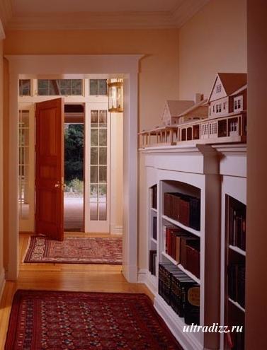 библиотека в длинном коридоре