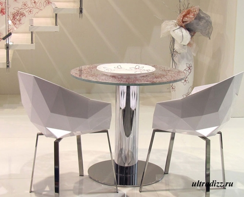 декоративные столик и ваза