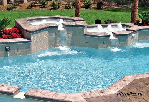роскошный бассейн с фонтанами