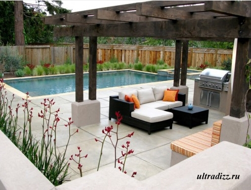 терраса у бассейна в частном дворе