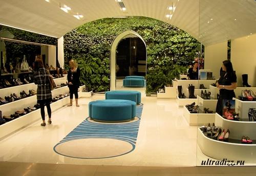 вертикальное озеленение в обувном бутике
