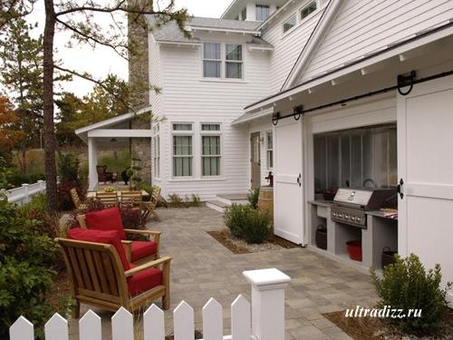 летняя кухня с раздвижными дверьми
