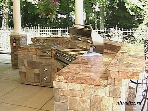 фото летней кухни, облицованной камнем