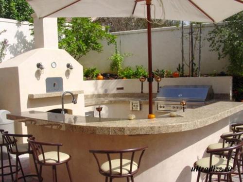 летняя кухня с барной стойкой и печью для пиццы