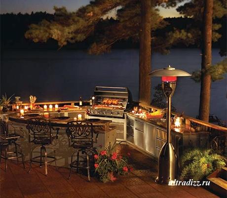 летняя кухня в вечернем освещении