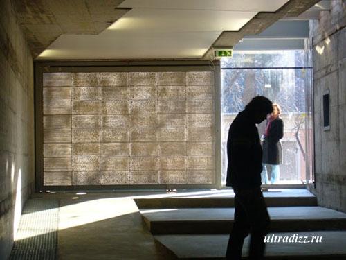 стена из литракона в музее