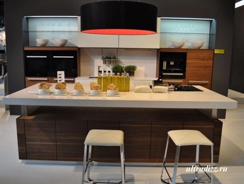 интерьер современной кухни с барной стойкой