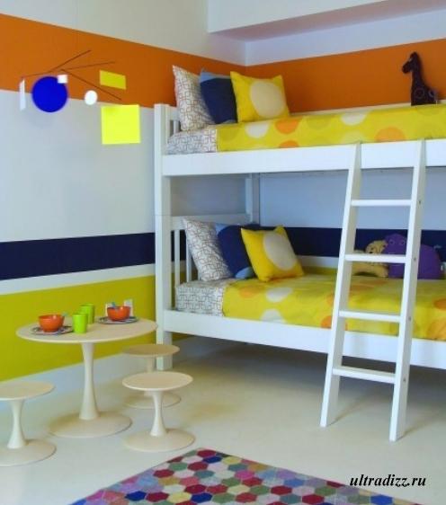 яркий декор в спальне с белой мебелью