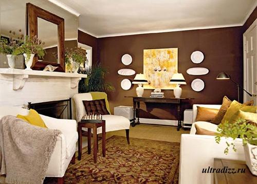 коричневая гостиная с желтым декором