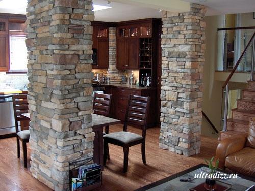 каменные колонны в доме