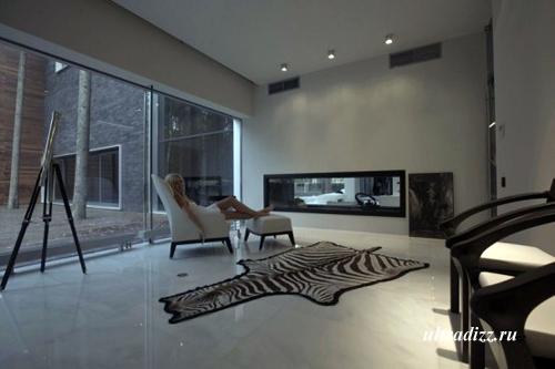 шкура зебры на полу дома