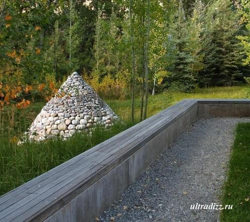 каменная насыпь в частном ландшафте