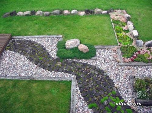 каменистая дорожка в частном дворе