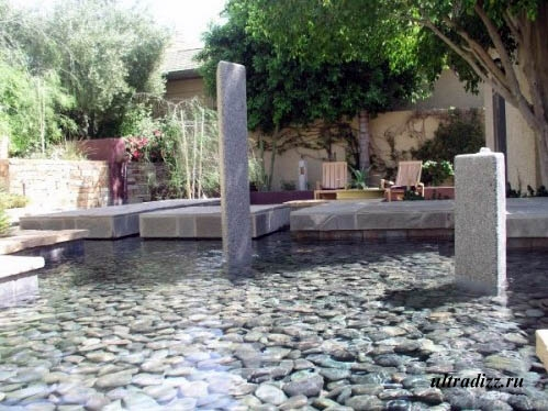 камни на дне искусственного водоема