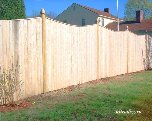 деревянный забор частного дома