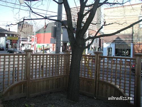 деревянное ограждение двора