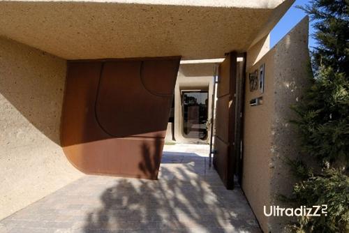 ворота необычного дома