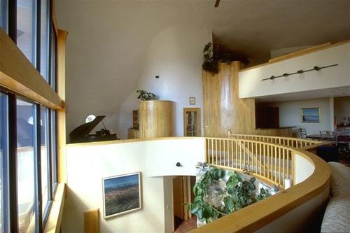 интерьер куполообразного монолитного дома