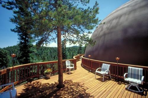 оригинальная терраса куполообразного монолитного дома