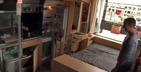 выдвижная кровать и встроенные шкафы в интерьере
