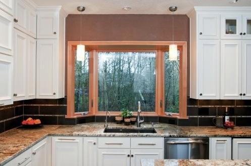 выступающее окно в интерьере кухни 1