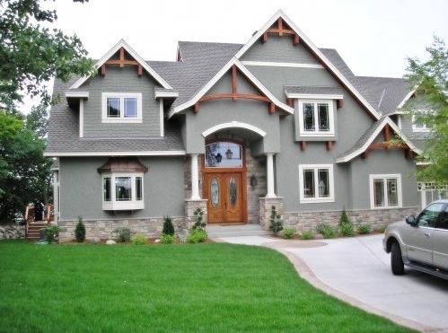 оригинальный дом с выступающими окнами