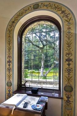 выступающее арочное окно
