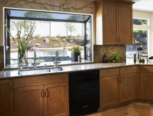 выступающее окно в интерьере кухни 2