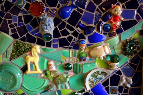 необычный мозаичный портал камина