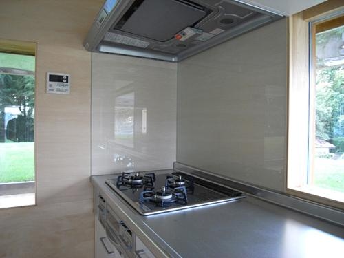 кухонная плита и вытяжка