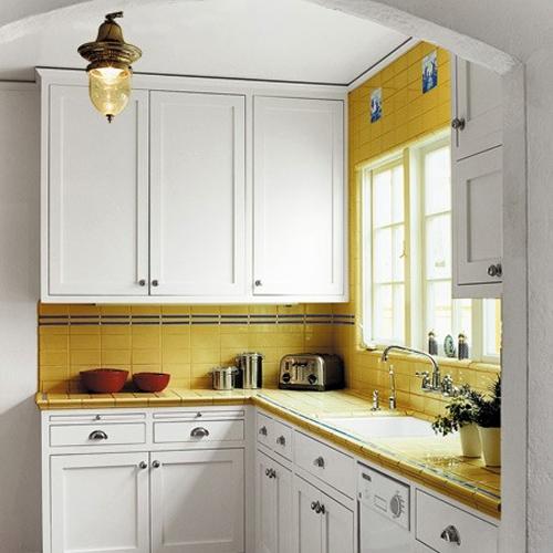 мебель под окном на малогабаритной кухне