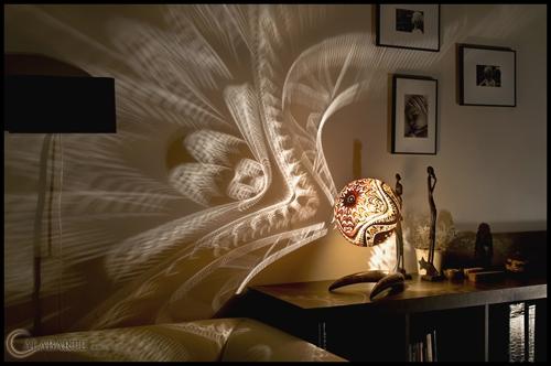 теневые узоры на стене комнаты
