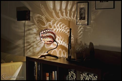 декоративный эффект включенной настольной лампы