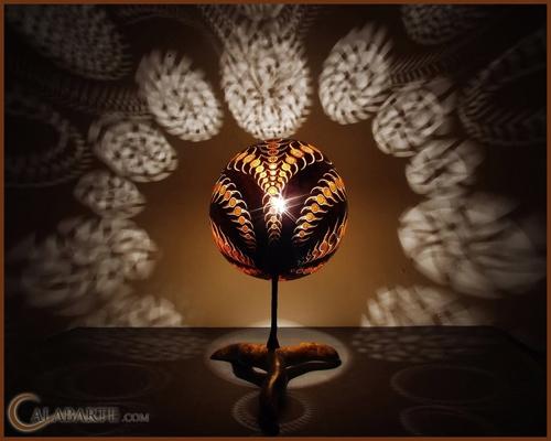 узорные тени ажурной настольной лампы