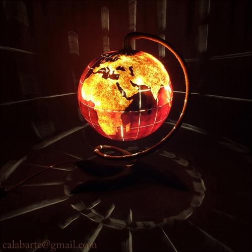 настольная лампа из горлянки в виде глобуса