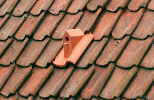 миниатюрный скворечник на черепичной крыше
