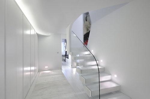 необычная лестница со стеклянным ограждением