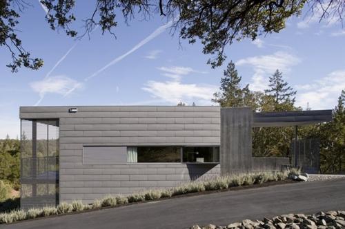 фасад маленького бетонного дома