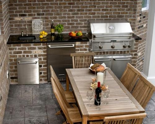 летняя кухня с облицовкой кирпичным сайдингом