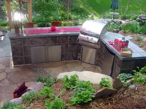 летняя кухня с облицовкой керамической плиткой