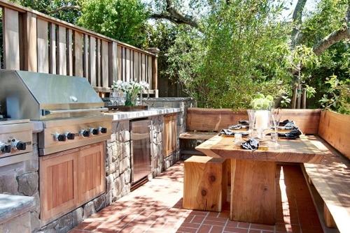 летняя кухня с деревянными дверцами